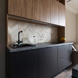 Пример оригинального дизайна: прямая кухня среднего размера в современном стиле с обеденным столом, накладной раковиной, плоскими фасадами, фасадами цвета дерева среднего тона, столешницей из ламината, бежевым фартуком, фартуком из каменной плитки, черной техникой, полом из керамогранита, островом, коричневым полом, серой столешницей, балками на потолке и красивой плиткой