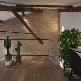 Стильный дизайн: домашняя мастерская в современном стиле с светлым паркетным полом, балками на потолке и кирпичными стенами - последний тренд