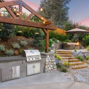 Mittelgroßer Rustikaler Patio mit Outdoor-Küche und Granitsplitt in Los Angeles