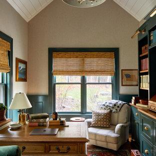 Mittelgroßes Country Arbeitszimmer mit Arbeitsplatz, beiger Wandfarbe, braunem Holzboden, freistehendem Schreibtisch, Holzdielendecke und vertäfelten Wänden in Boston
