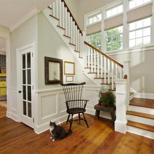 Ejemplo de escalera en U y boiserie, clásica, grande, con escalones de madera, contrahuellas de madera, barandilla de madera y boiserie