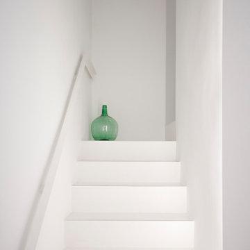 Escaleras blancas con barandilla metálica a medida