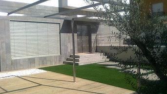 Pérgola de acero integrada en jardín contemporáneo