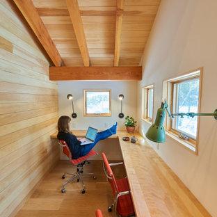 На фото: кабинет среднего размера в стиле модернизм с белыми стенами, паркетным полом среднего тона, встроенным рабочим столом, коричневым полом, деревянным потолком и деревянными стенами с