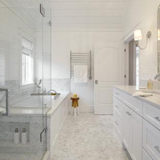 Свежая идея для дизайна: большая главная ванная комната в стиле неоклассика (современная классика) с фасадами в стиле шейкер, белыми фасадами, ванной в нише, душем без бортиков, унитазом-моноблоком, белыми стенами, мраморным полом, врезной раковиной, столешницей из кварцита, серым полом, душем с распашными дверями, белой столешницей, сиденьем для душа, тумбой под две раковины, встроенной тумбой и потолком из вагонки - отличное фото интерьера