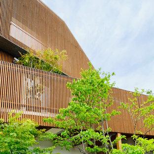 Réalisation d'une terrasse latérale minimaliste de taille moyenne avec jupe de finition.