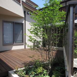 Aménagement d'une terrasse moderne de taille moyenne avec jupe de finition, une cour et un auvent.