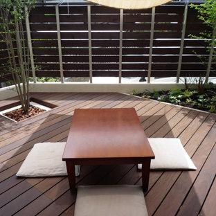 Foto di una terrazza moderna di medie dimensioni e in cortile con un parasole
