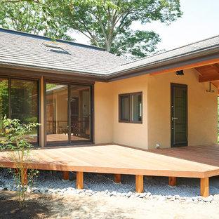 他の地域のアジアンスタイルのおしゃれなデッキ (張り出し屋根) の写真