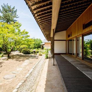 他の地域の和風のおしゃれな裏庭のデッキ (張り出し屋根) の写真