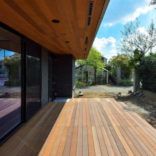 他の地域の広いコンテンポラリースタイルのおしゃれな横庭のデッキ (張り出し屋根) の写真