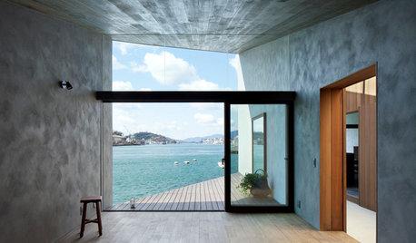 Houzzツアー:4つの空間から、青い海と空の眺めをドラマチックに切り取る家