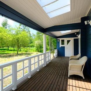 北欧スタイルのおしゃれなウッドデッキ (張り出し屋根) の写真