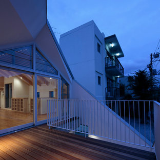 Inspiration for a mid-sized modern rooftop deck in Tokyo with a roof extension.