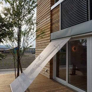 Immagine di una terrazza industriale di medie dimensioni e nel cortile laterale con un parasole