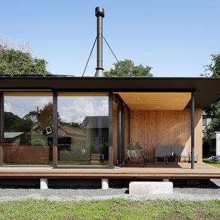 他の地域のインダストリアルスタイルのおしゃれな横庭のデッキ (張り出し屋根) の写真