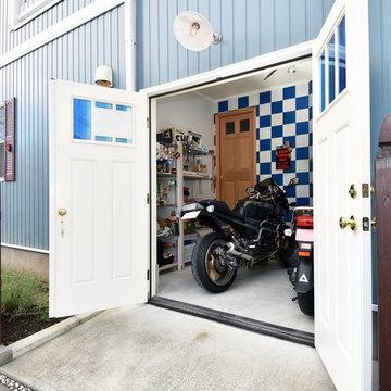 バイクガレージのあるアーリーアメリカン住宅