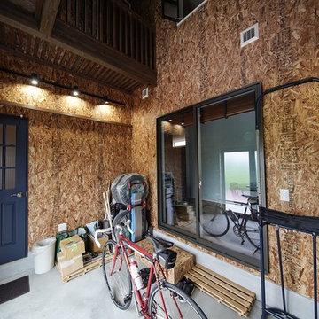 ロードバイクガレージがある三角屋根の家
