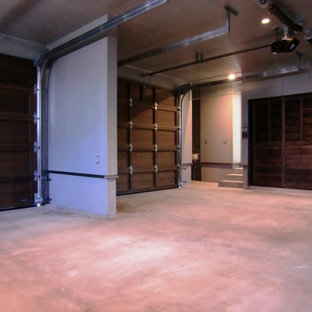 Idées déco pour un grand garage pour deux voitures attenant moderne.