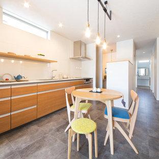 他の地域のモダンスタイルのおしゃれなキッチン (中間色木目調キャビネット、人工大理石カウンター、白いキッチンパネル、シルバーの調理設備、クッションフロア、グレーの床、白いキッチンカウンター) の写真