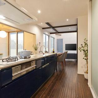 他の地域のモダンスタイルのおしゃれなキッチン (グレーのキッチンパネル、シルバーの調理設備の、濃色無垢フローリング、茶色い床) の写真