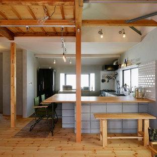 中サイズのインダストリアルスタイルのおしゃれなキッチン (一体型シンク、無垢フローリング、茶色い床、茶色いキッチンカウンター) の写真