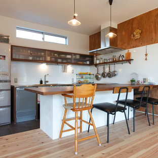 他の地域のアジアンスタイルのおしゃれなコの字型キッチン (シングルシンク、木材カウンター、白いキッチンパネル、淡色無垢フローリング、茶色い床) の写真