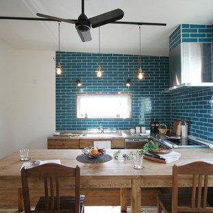 他の地域のエクレクティックスタイルのおしゃれなキッチン (茶色いキャビネット、青いキッチンパネル、シルバーの調理設備の、濃色無垢フローリング、アイランドなし、茶色い床) の写真