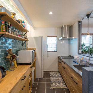 他の地域のコンテンポラリースタイルのおしゃれなキッチン (シングルシンク、落し込みパネル扉のキャビネット、中間色木目調キャビネット、ステンレスカウンター、白いキッチンパネル、グレーの床、茶色いキッチンカウンター) の写真