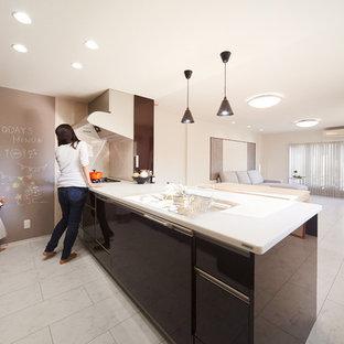 Foto di una cucina moderna con lavello integrato, ante marroni, top in superficie solida, paraspruzzi rosso, pavimento in legno verniciato, pavimento bianco e top bianco
