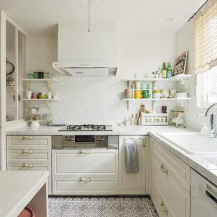 他の地域, のシャビーシック調のおしゃれなキッチン (タイルカウンター、白いキッチンパネル、白いキッチンカウンター、シングルシンク、落し込みパネル扉のキャビネット、白いキャビネット、マルチカラーの床) の写真