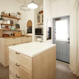 他の地域のアジアンスタイルのおしゃれなアイランドキッチン (フラットパネル扉のキャビネット、ベージュのキャビネット、ベージュキッチンパネル、パネルと同色の調理設備) の写真