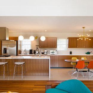 名古屋のモダンスタイルのおしゃれなキッチン (アンダーカウンターシンク、フラットパネル扉のキャビネット、中間色木目調キャビネット、シルバーの調理設備、ベージュの床、白いキッチンカウンター) の写真