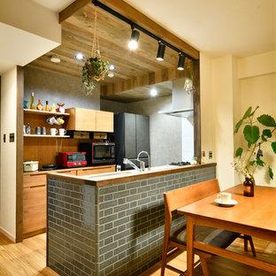 他の地域の北欧スタイルのおしゃれなキッチン (フラットパネル扉のキャビネット、中間色木目調キャビネット、無垢フローリング、茶色い床) の写真