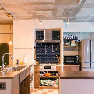 名古屋のアジアンスタイルのおしゃれなキッチン (シングルシンク、フラットパネル扉のキャビネット、中間色木目調キャビネット、ステンレスカウンター、マルチカラーの床) の写真