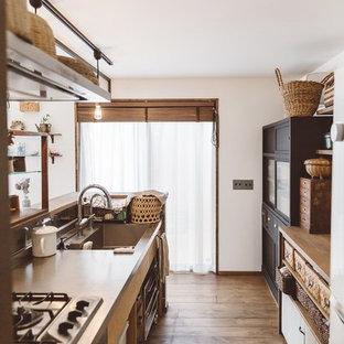 他の地域のアジアンスタイルのおしゃれなキッチン (シングルシンク、オープンシェルフ、ステンレスカウンター、濃色無垢フローリング、茶色い床、茶色いキッチンカウンター) の写真