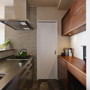 アジアンスタイルのおしゃれなキッチン (シングルシンク、フラットパネル扉のキャビネット、茶色い床) の写真