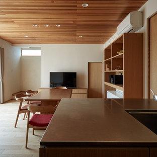 他の地域の中サイズのアジアンスタイルのおしゃれなキッチン (一体型シンク、フラットパネル扉のキャビネット、中間色木目調キャビネット、ステンレスカウンター、白いキッチンパネル、磁器タイルのキッチンパネル、無垢フローリング、茶色い床、グレーのキッチンカウンター、シルバーの調理設備の) の写真