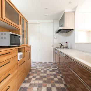 福岡の北欧スタイルのおしゃれなペニンシュラキッチン (一体型シンク、フラットパネル扉のキャビネット、中間色木目調キャビネット、クッションフロア、マルチカラーの床) の写真