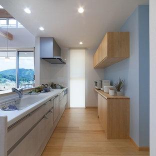他の地域の北欧スタイルのおしゃれなキッチン (一体型シンク、フラットパネル扉のキャビネット、ベージュのキャビネット、淡色無垢フローリング、茶色い床) の写真