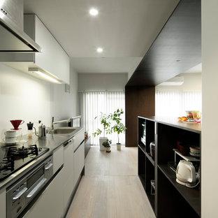 東京23区のモダンスタイルのおしゃれなI型キッチン (オープンシェルフ、濃色木目調キャビネット、ステンレスカウンター、白いキッチンパネル、黒い調理設備、合板フローリング、アイランドなし、ベージュの床、茶色いキッチンカウンター、シングルシンク) の写真