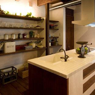 他の地域の小さいアジアンスタイルのおしゃれなキッチン (ドロップインシンク、タイルカウンター) の写真