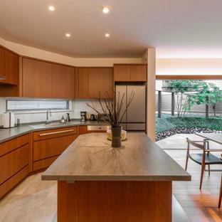 名古屋のアジアンスタイルのおしゃれなキッチン (シングルシンク、フラットパネル扉のキャビネット、中間色木目調キャビネット、ステンレスカウンター、ベージュの床) の写真