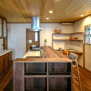 他の地域のアジアンスタイルのおしゃれなキッチン (シングルシンク、ルーバー扉のキャビネット、茶色いキャビネット、濃色無垢フローリング、茶色い床、茶色いキッチンカウンター) の写真