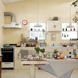 他の地域のエクレクティックスタイルのおしゃれなL型キッチン (フラットパネル扉のキャビネット、白いキャビネット、白いキッチンパネル、塗装フローリング、アイランドなし) の写真
