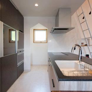 他の地域のコンテンポラリースタイルのおしゃれなキッチン (シングルシンク、フラットパネル扉のキャビネット、白い床) の写真