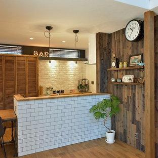 他の地域の中サイズのアジアンスタイルのおしゃれなキッチン (無垢フローリング、茶色い床) の写真