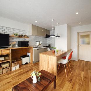 他の地域の小さいコンテンポラリースタイルのおしゃれなキッチン (ドロップインシンク、フラットパネル扉のキャビネット、ベージュのキャビネット、木材カウンター、白いキッチンパネル、サブウェイタイルのキッチンパネル、無垢フローリング、茶色い床、茶色いキッチンカウンター) の写真