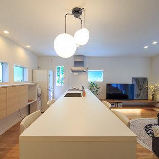 他の地域の中サイズのコンテンポラリースタイルのおしゃれなキッチン (シングルシンク、フラットパネル扉のキャビネット、中間色木目調キャビネット、白いキッチンパネル、白い調理設備、無垢フローリング、アイランドなし、茶色い床) の写真