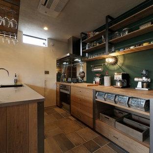 他の地域のインダストリアルスタイルのおしゃれなペニンシュラキッチン (シングルシンク、オープンシェルフ、ヴィンテージ仕上げキャビネット、ステンレスカウンター、茶色い床、茶色いキッチンカウンター) の写真